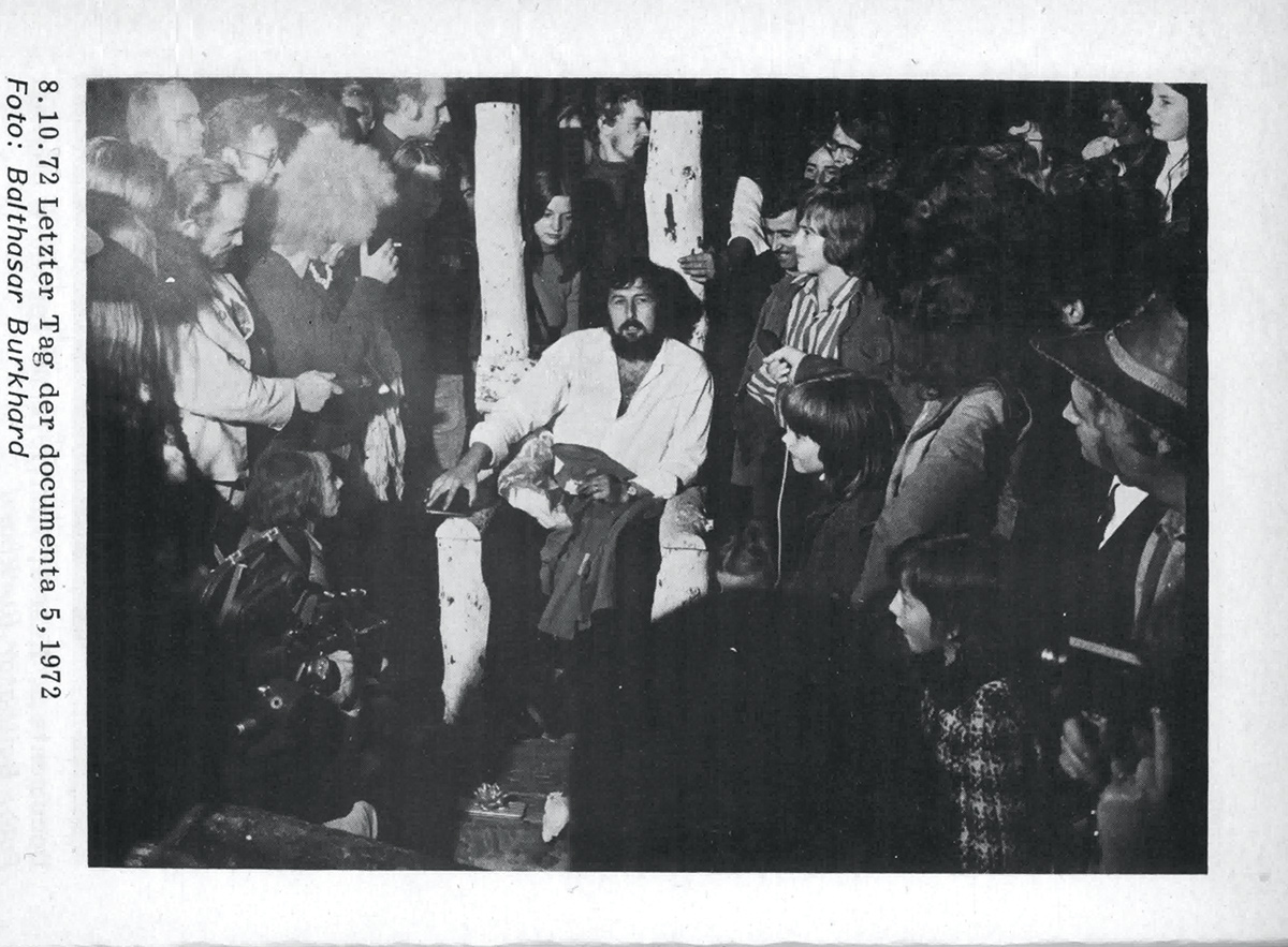 Photograph showing Harald Szeemann surrounded by artists on the last day of d5