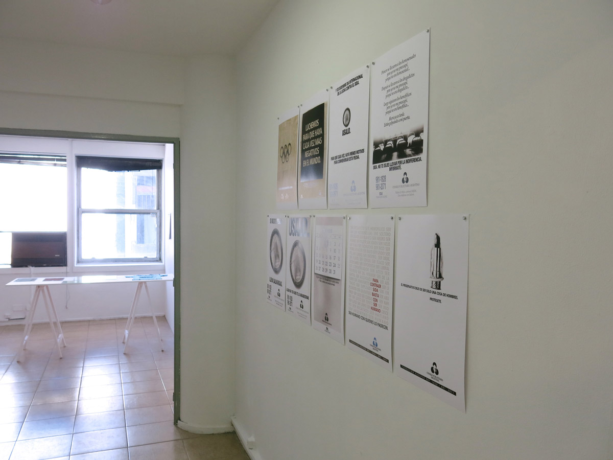 View of the corridor displaying graphic advertisement posters. Courtesy of La Ene.